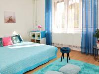 Byt v přízemí - ložnice s oknem do ulice. (Prodej domu v osobním vlastnictví 118 m², Brázdim)