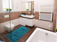 Koupelna v patře se sprchovým koutem, vanou, umyvadlem a shozem prádla do technické místnosti. - Prodej domu v osobním vlastnictví 107 m², Praha 9 - Újezd nad Lesy