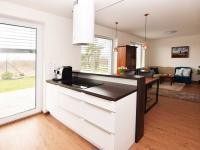 Kuchyň se vstupem na terasu a zahradu. - Prodej domu v osobním vlastnictví 107 m², Praha 9 - Újezd nad Lesy