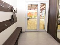 Vstupní chodba do domu s vestavnou šatní skříní. - Prodej domu v osobním vlastnictví 107 m², Praha 9 - Újezd nad Lesy
