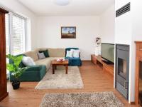 Obývací pokoj se vstupem na terasu a zahradu.  - Prodej domu v osobním vlastnictví 107 m², Praha 9 - Újezd nad Lesy