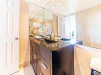 koupelna u bílé ložnice - Prodej bytu 3+kk v osobním vlastnictví 121 m², Fort Lauerdale
