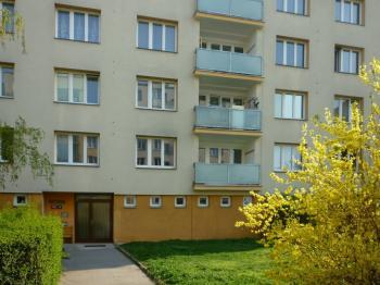 vchod do domu - Pronájem bytu 2+1 v osobním vlastnictví 58 m², Praha 4 - Kamýk