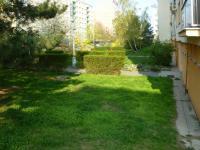 zeleň u domu - Pronájem bytu 2+1 v osobním vlastnictví 58 m², Praha 4 - Kamýk