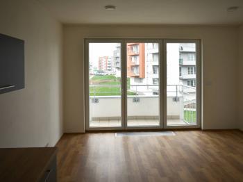 obývací pokoj + balkón - Pronájem bytu 2+kk v osobním vlastnictví 48 m², Praha 9 - Letňany