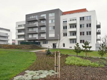 přední strana domu - Pronájem bytu 2+kk v osobním vlastnictví 48 m², Praha 9 - Letňany