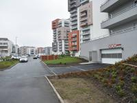 vjezd do garáží - Pronájem bytu 2+kk v osobním vlastnictví 48 m², Praha 9 - Letňany