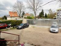 pohled na garáže - Prodej bytu 3+1 v osobním vlastnictví 72 m², Řečany nad Labem