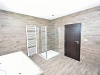 Hlavní velká koupelna. - Prodej domu v osobním vlastnictví 294 m², Velké Přítočno