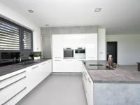 Kuchyň s vestavnými spotřebiči.  - Prodej domu v osobním vlastnictví 294 m², Velké Přítočno