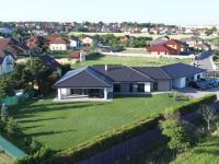 Pohled na dům, terasu od zahrady. - Prodej domu v osobním vlastnictví 294 m², Velké Přítočno