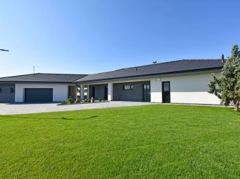 Pohled na dům. - Prodej domu v osobním vlastnictví 294 m², Velké Přítočno