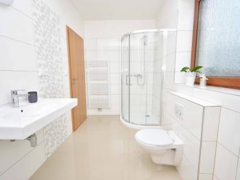 Koupelna v patře. - Prodej domu v osobním vlastnictví 93 m², Vinařice