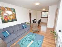 Obývací pokoj s jídelnou a kuchyňským koutem. - Prodej domu v osobním vlastnictví 93 m², Vinařice