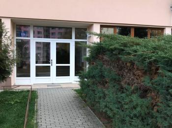 pohled na vchod - Prodej bytu 2+kk v osobním vlastnictví 36 m², Liberec