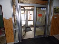 hlavní vstup do budovy (Prodej penzionu 1500 m², Zlatá Olešnice)
