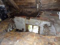 foto 16 - půda - propadlý strop do kuchyně (Prodej chaty / chalupy 85 m², Pěnčín)
