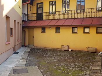 foto 3 - dvorek u domu - Prodej komerčního objektu 366 m², Jilemnice