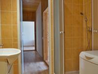 Koupelna, sprchový kout a WC (Prodej bytu 2+1 v osobním vlastnictví 44 m², Přerov)