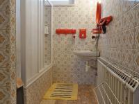 Koupelna s vanou a WC, 2.NP (Prodej domu v osobním vlastnictví 210 m², Mikulov)