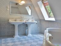 Koupelna s vanou 2.NP (Prodej domu v osobním vlastnictví 245 m², Brno)
