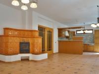 Obývací pokoj s kachlovými kamny (Prodej domu v osobním vlastnictví 245 m², Brno)