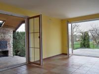Klubovna s kuchyňským koutem, výhled na terasu a venkovní krb - Prodej domu v osobním vlastnictví 215 m², Bučina