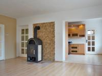 Obývací pokoj s krbem, vstup do kuchyně - Prodej domu v osobním vlastnictví 215 m², Bučina