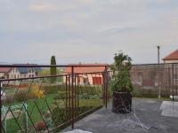 Výhled z balkonu do zahrady - Prodej domu v osobním vlastnictví 215 m², Bučina