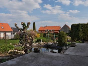 Pohed z terasy na jezírko a zahradu - Prodej domu v osobním vlastnictví 215 m², Bučina