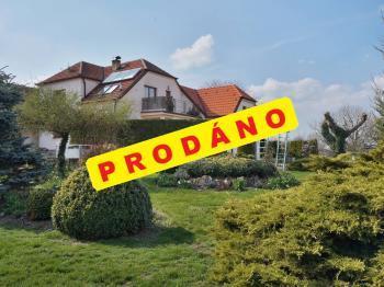Pohled na dům z okrasné zahrady - Prodej domu v osobním vlastnictví 215 m², Bučina