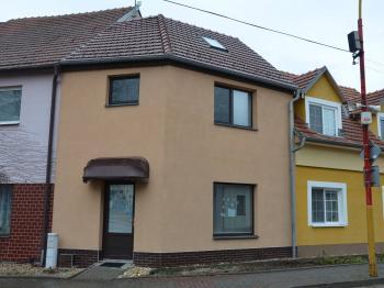 Pohled na dům  - Pronájem bytu 2+kk v osobním vlastnictví 38 m², Drnovice