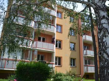 Pohled na dům ze zadní části  - Pronájem bytu 2+1 v osobním vlastnictví 57 m², Vyškov
