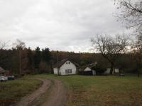 Příjezdová cesta okolo pozemku  (Prodej pozemku 3526 m², Semtěš)