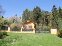 Chalupa v okolí pozemku (Prodej pozemku 3526 m², Semtěš)