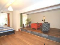 hlavní pokoj s pódiem a skrytým úložným prostorem (Prodej bytu 1+1 v osobním vlastnictví 56 m², Praha 3 - Žižkov)
