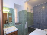 koupelna s nadměrně velkou vanou (Prodej bytu 1+1 v osobním vlastnictví 56 m², Praha 3 - Žižkov)
