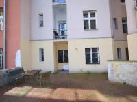 pohled na okna bytu a sezení přímo před okny (Prodej bytu 1+1 v osobním vlastnictví 56 m², Praha 3 - Žižkov)