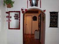 Pohled chodbou od vstupních dveří (Prodej bytu 4+1 v osobním vlastnictví 94 m², Praha 9 - Kyje)