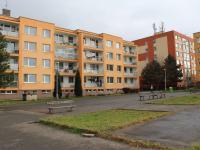 Pohled na dům ze západní strany  (Prodej bytu 4+1 v osobním vlastnictví 94 m², Praha 9 - Kyje)