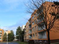 Pohled na dům ze strany s lodžiemi (Prodej bytu 4+1 v osobním vlastnictví 94 m², Praha 9 - Kyje)