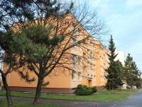 Pohled na dům z východní strany - ul. Travná (Prodej bytu 4+1 v osobním vlastnictví 94 m², Praha 9 - Kyje)