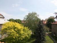 Výhled do vnitrobloku (Prodej bytu 3+1 v osobním vlastnictví 60 m², Kolín)