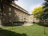 Pohled na dům z vnitrobloku (Prodej bytu 3+1 v osobním vlastnictví 60 m², Kolín)