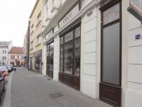 Výlohy obchodu v Husově ulici (Pronájem obchodních prostor 55 m², Kolín)