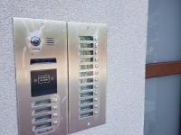 domovní zvonek s kamerou (Prodej bytu 2+kk v osobním vlastnictví 50 m², Velim)