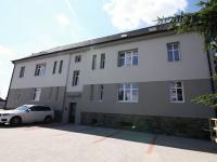 pohled z parkoviště (Prodej bytu 3+1 v osobním vlastnictví 70 m², Velim)