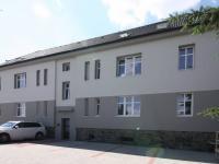 pohled na dům z parkoviště před domem (Prodej bytu 3+kk v osobním vlastnictví 60 m², Velim)