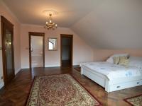 ložnice s vlastní šatnou a koupelnou - Pronájem domu v osobním vlastnictví 300 m², Jesenice