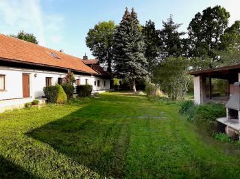 boční pohled na dům se zastavěnou plochou a altánem - Prodej domu v osobním vlastnictví 248 m², Smidary